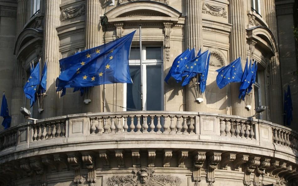 Drapeau de l'UE devant un bâtiment.